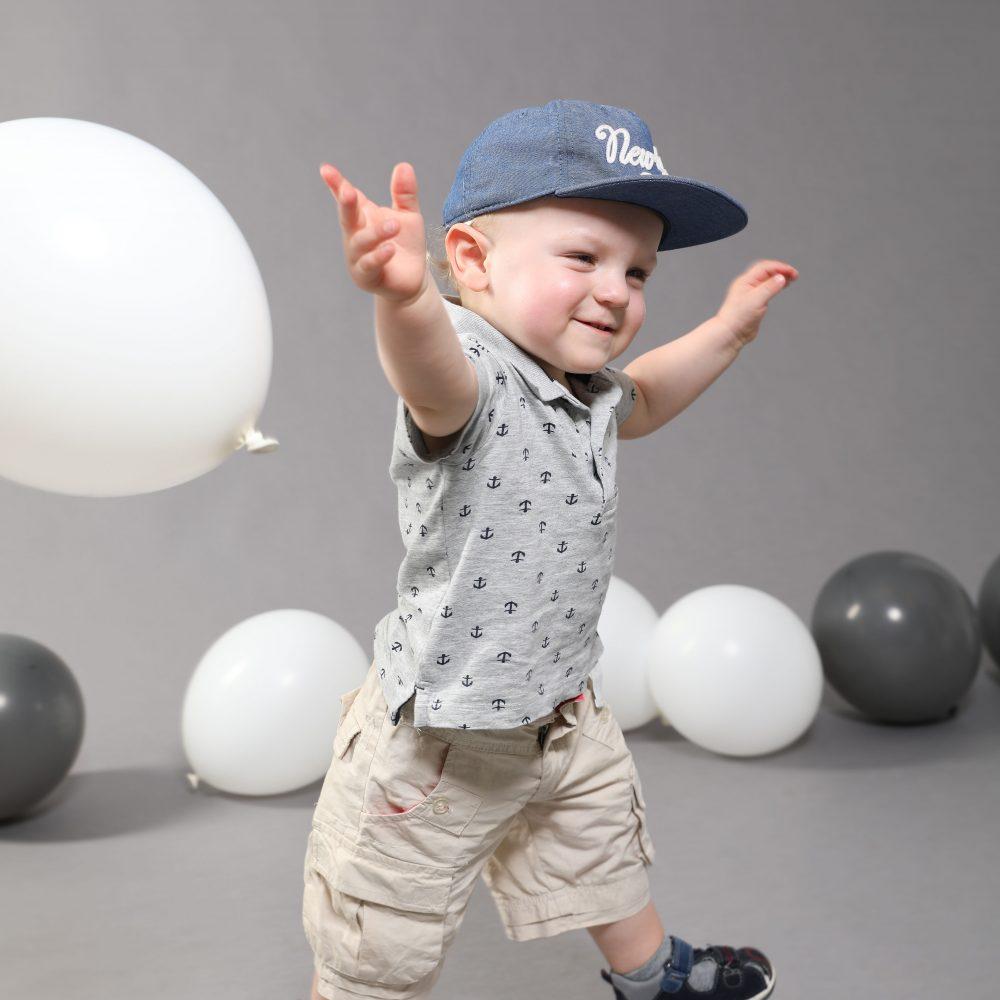 Das Foto von dem fröhlichem Kind ist bei der Eröffnung vom Fotostudio Harburg entstanden. Wir fotografieren Familien und vieles mehr. Wir bieten auch Kinderfotografie an.