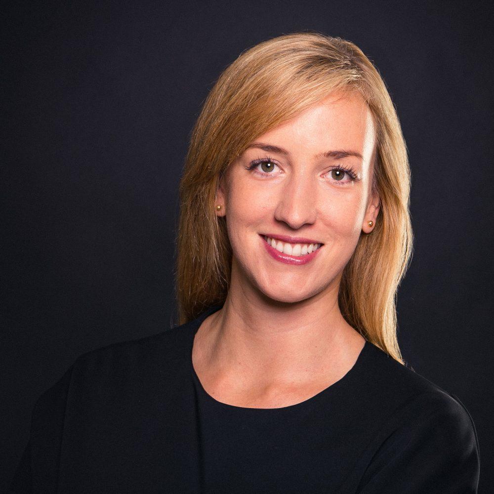 Das ist eine junge Businessfrau, die sich im Fotostudio Harburg ein Foto für ihr Socialmedia-Account machen lassen hat, um einen guten Job zu bekommen.