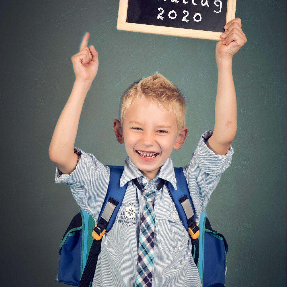 Schulkind mit Tafel